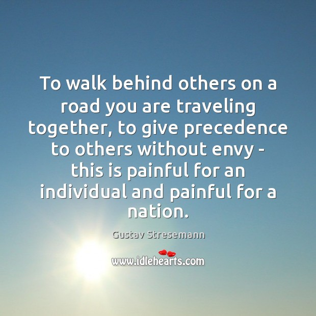 To walk behind others on a road you are traveling together, to Image